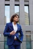 Den unga stilfulla grabben röker på balkongen royaltyfri fotografi