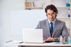 Den unga stiliga affärsmannen i budget som planerar begrepp arkivbild