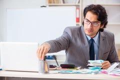 Den unga stiliga affärsmannen i budget som planerar begrepp royaltyfria foton