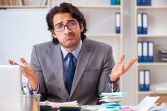 Den unga stiliga affärsmannen i budget som planerar begrepp arkivfoton