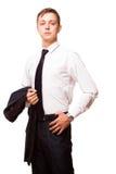 Den unga stiliga affärsmannen rymmer ett omslag i hans en hand och den annan handen i hans fack stående som isoleras på royaltyfria bilder