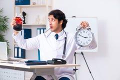 Den unga stiliga doktorn i blodtransfusionbegrepp fotografering för bildbyråer
