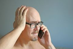 Den unga stiliga mannen i svarta exponeringsglas talar på telefonen Stora problem, skandal, dåliga nyheter closeup isolerad manst royaltyfri foto