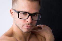 Den unga stiliga mannen vilar Smart muskulöst och sexigt royaltyfria foton
