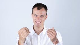 Den unga stiliga vänliga lyckliga mannen och shower med armar kommer här, inviterar Royaltyfri Bild