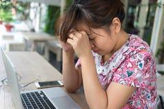Den unga studenten känner sig stressad, trött, utmattat Fotografering för Bildbyråer