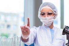 Den unga studenten som arbetar med kemiska lösningar i labb Royaltyfria Foton