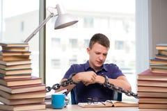 Den unga studenten som tvingas för att studera bundet arkivbild