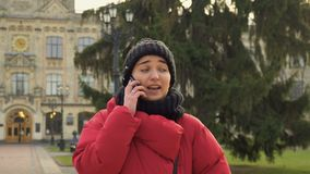 Den unga studenten talar nolla-telefonen på bakgrund av universitetet arkivfilmer