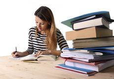 Den unga studentflickan koncentrerade att studera för examen på begreppet för utbildning för högskolaarkivet Royaltyfri Bild