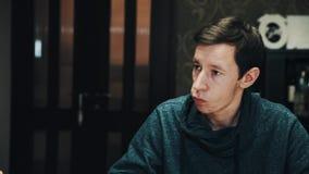 Den unga subtile mannen får vodka häller sköt in med vänner på att äta middag tabellen arkivfilmer