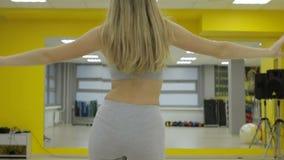 Den unga sunda flickan är förlovad i sportkorridor stock video