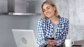 Den unga tillfälliga shopaholic kvinnan som gör köpet som betalar kreditkorten på internet, shoppar stock video