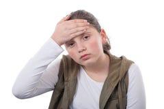 Den unga tonåringen har en huvudvärk på vit bakgrund Royaltyfri Foto