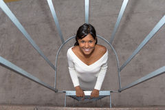 Den unga tonårs- flickan ser upp, som hon stiger ned trappan Royaltyfria Bilder