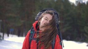 Den unga turist- flickan visar skönheten av hennes hår lager videofilmer