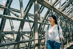 Den unga turisten tycker om skönheten av det stads- royaltyfri bild