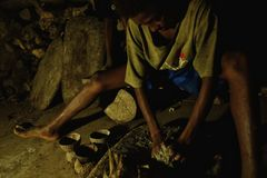 den unga ungen gör kavadrinkar för mannen i en avlägsen Stillahavs- ö arkivbilder