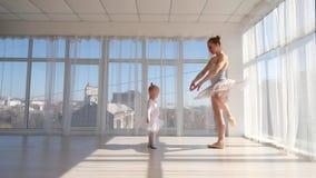 Den unga ursnygga ballerina undervisar dotterdans i studio lager videofilmer