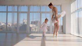 Den unga ursnygga ballerina undervisar hennes lilla dotterdans i studio arkivfilmer