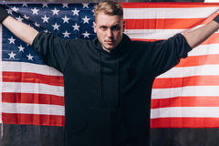 Den unga USA patrioten rymmer nationsflaggan Royaltyfri Foto