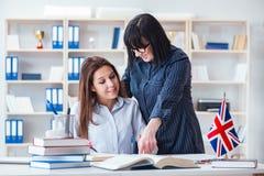 Den unga utländska studenten under kurs för engelskt språk arkivbild