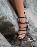 Den unga vuxna människan modellerar härliga ben med svarta moderna skor Royaltyfri Bild