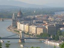 Den ungerska parlamentbyggnaden och Danubet River Arkivbild