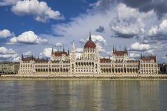 Den ungerska parlamentbyggnaden på banken av Donauen i Budapest royaltyfria bilder
