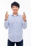 Den ungt asiatiska manvisningnäven och lyckligt undertecknar. Arkivbild
