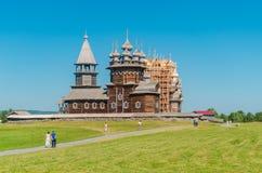 Den unika arkitektoniska helheten av forntida träarkitektur av det 18th århundradet på ön av Kizhi swallowtail f?r sommar f?r fj? royaltyfri foto