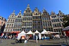 Den unika fasaden av historiskt shoppar hus på Grote Markt av Antwerp Arkivfoto