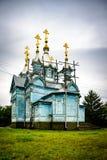 Den unika gamla träkyrkan i byn Larga moldova Biserica de lemn Arkivfoton