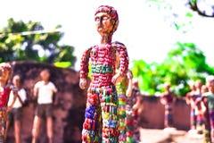 Den unika statyn av en flicka med armringar klär arkivbild