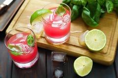 Den uppfriskande jordgubbe- och basilikacoctailen med limefrukt tjänade som med I Arkivfoto