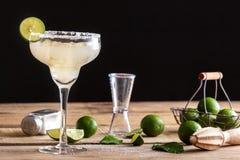 Den uppfriskande klassiska margaritan med limefrukt och saltar Royaltyfria Foton