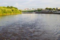 Den upphängningbron och Tura River Embankment i Tyumen, Russi Royaltyfria Bilder