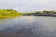 Den upphängningbron och Tura River Embankment i Tyumen, Russi Fotografering för Bildbyråer