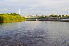 Den upphängningbron och Tura River Embankment i Tyumen, Russi Arkivbilder