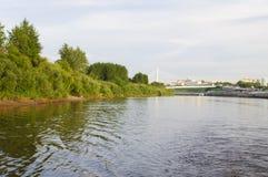 Den upphängningbron och Tura River Embankment i Tyumen, Russi Arkivfoton