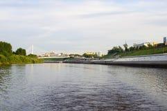 Den upphängningbron och Tura River Embankment i Tyumen, Russi Arkivfoto