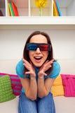 Upphetsad ung kvinna i stereo- exponeringsglas Fotografering för Bildbyråer