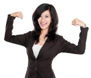 Den upphetsade affärskvinnan lyftte henne händer som visar starkt begrepp fotografering för bildbyråer