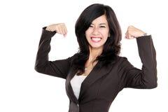 Den upphetsade affärskvinnan lyftte henne händer som visar starkt begrepp arkivfoto