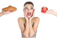Den upphetsade förskräckta kvinnan bantar välja vad för att äta royaltyfri fotografi