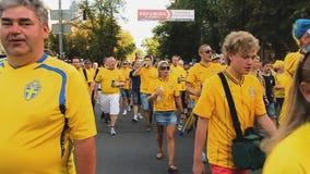 Den upphetsade folkmassan av svensk fläktar sjungande hyllningssång och vinkande flaggor som går att matcha lager videofilmer