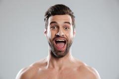 Den upphetsade skäggiga mannen med nakna skuldror och öppnar munnen Royaltyfri Fotografi
