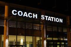 Den upplyst busstationen undertecknar Royaltyfria Foton