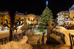 Den upplyst centralen kvadrerar av Megeve på julafton Royaltyfri Bild
