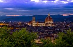 Den upplysta duomoen i Florence, Italien under den blåa timmen arkivfoto